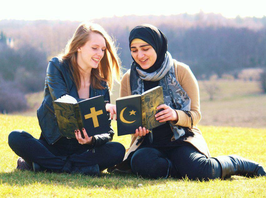 две девушки читают религиозные книги