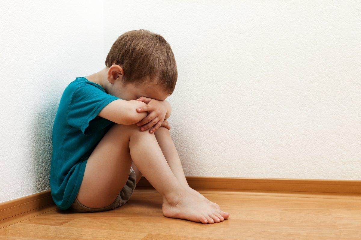 Почему ребенок кидает все на пол