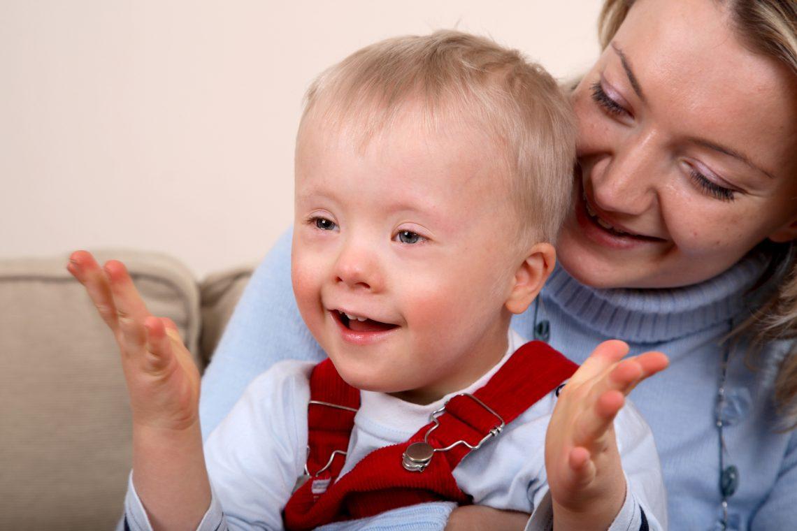 мальчик страдающий одной из форм олигофрении