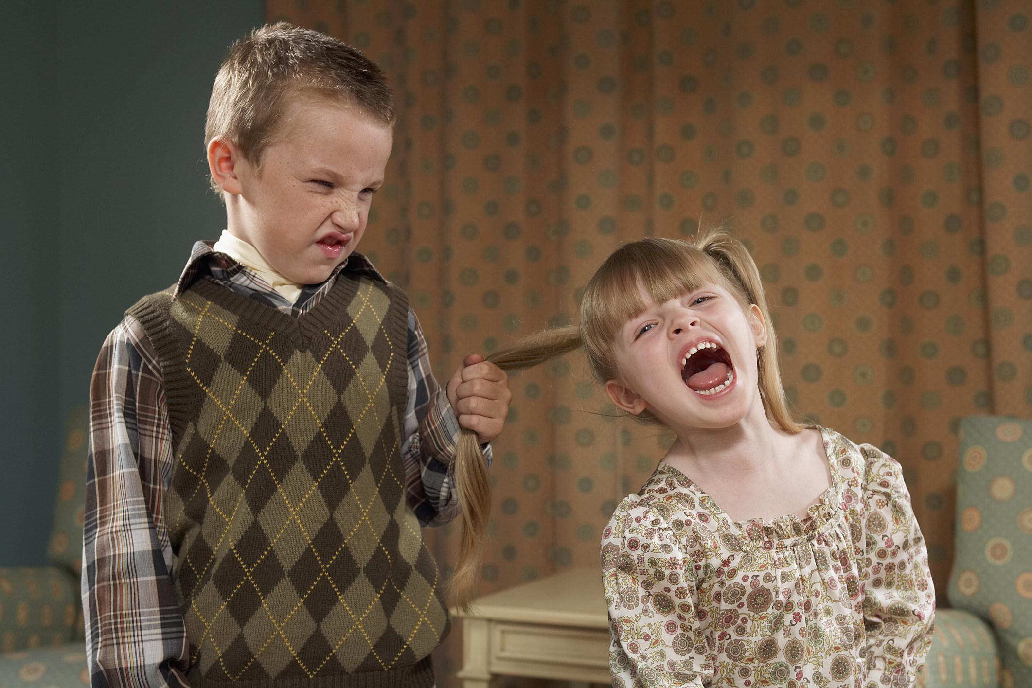 мальчик обижает девочку
