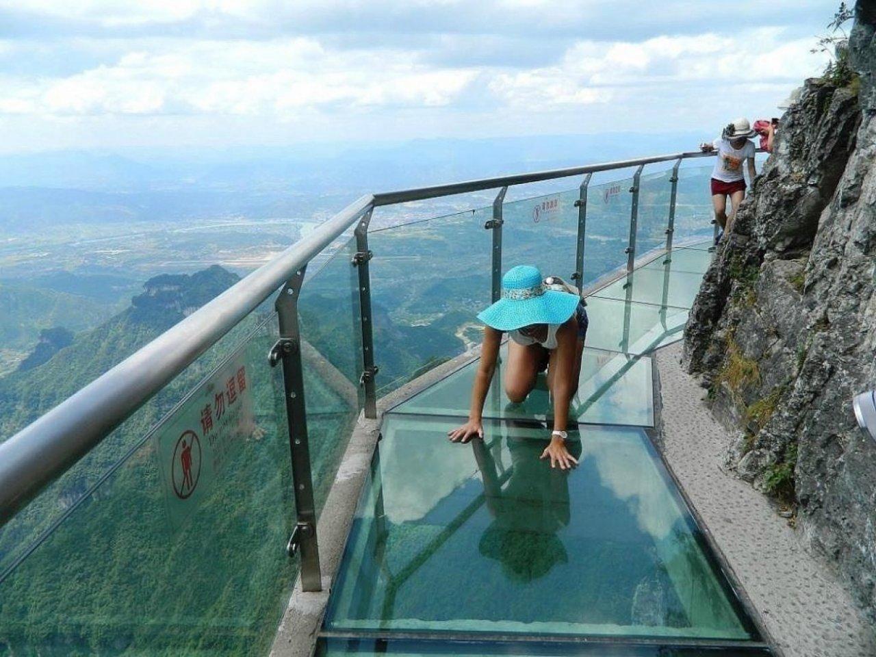 Девушка боится высоты