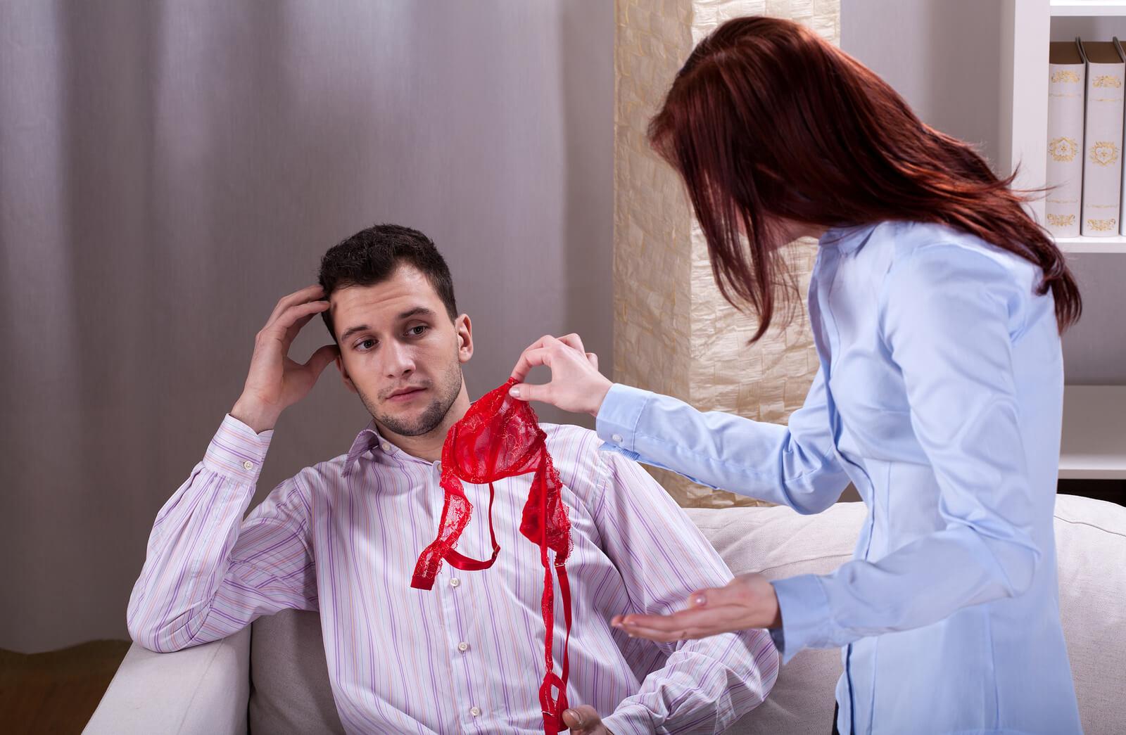 Изменяет муж с коллегой